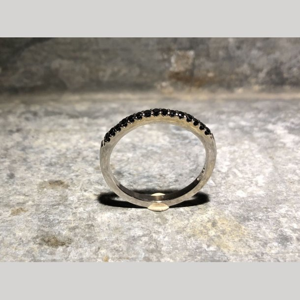 Alliancering 14 krt hvidguld med sorte brillianter, Rainbow Jewellry