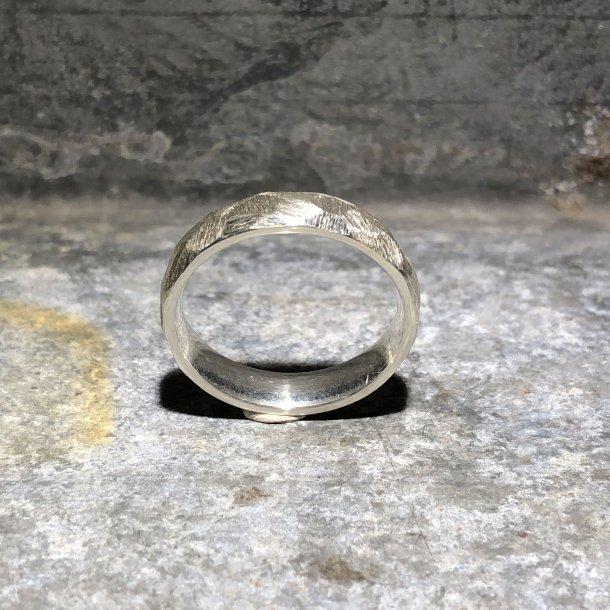 Herrering i sølv med groft facetslebet mønster