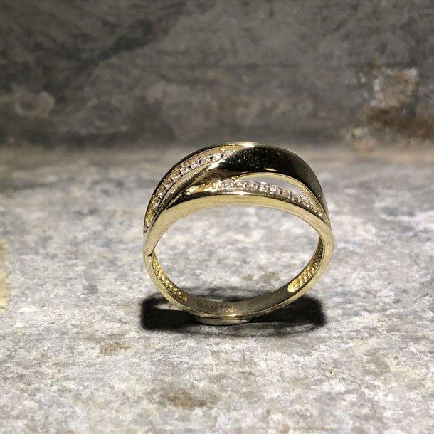 Ring i 8 krt guld med zirkoner