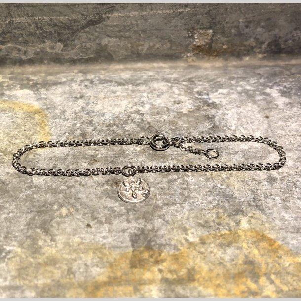 Armbånd i sølv med rhodineret vedhæng med blomst og zirkon