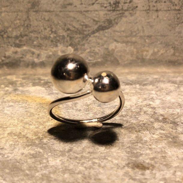 Ring i sølv med kugler fra Lund