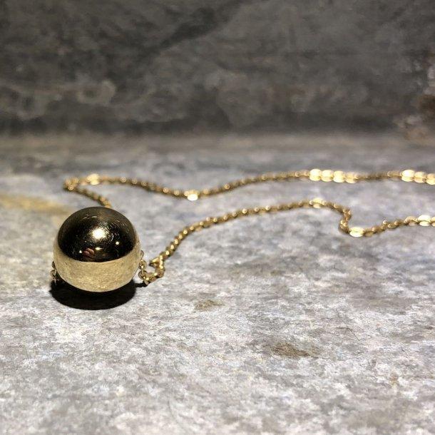 Halskæde i 8 krt guld med guldkugle