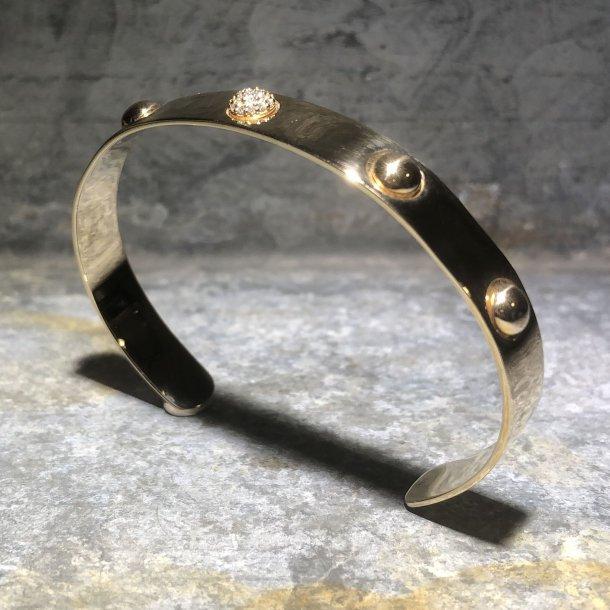 Armring i 14 krt guld med brillianter fra Mads Z