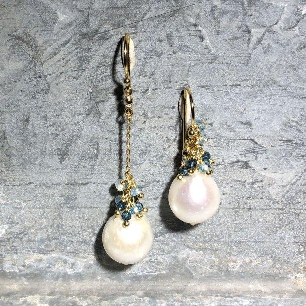 Mads Z ørehængere med perler og blå turmaliner