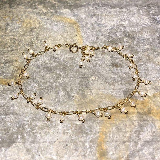 Armbånd i forgyldt sølv med små perler fra Mads Z