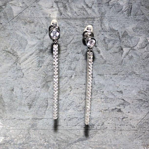 Ørehængere i rhodineret sølv med zirkoner fra NOA