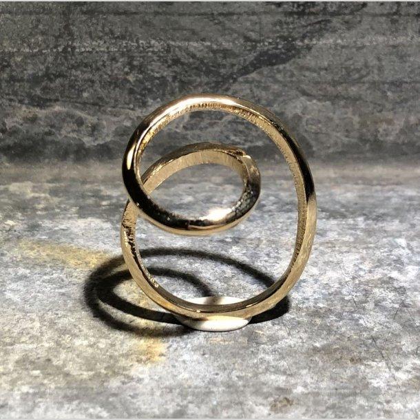 Ring i snoet mønster 14 krt guld