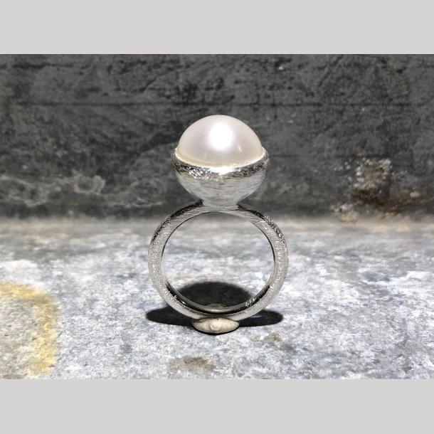 Sølvring med freshwater perle fra Susanne Friis Bjørner