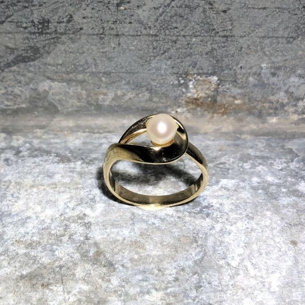 Ring i 8 krt guld med ferskvandskulturperle