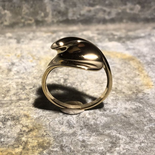 Ring i 14 krt guld med svunget mønster