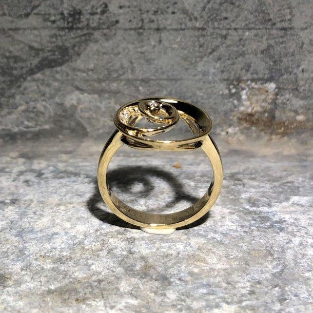 Ring i 8 krt guld med cirkler og zirkoner
