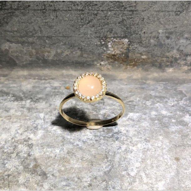 Ring i 8 krt guld med rosa quartz og zirkoner