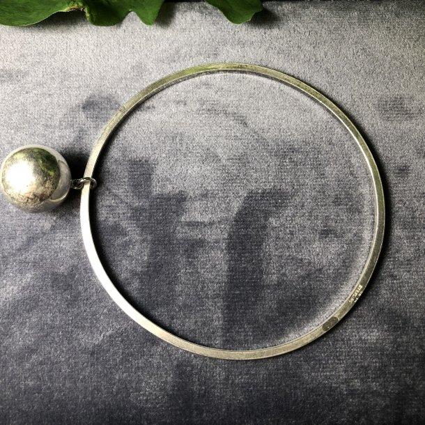 2.nd Hand - Armring i sølv med kuglevedhæng.