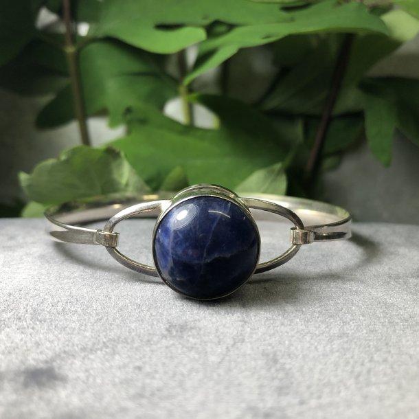 2.nd Hand - Armring  i sølv med en blå iolitsten
