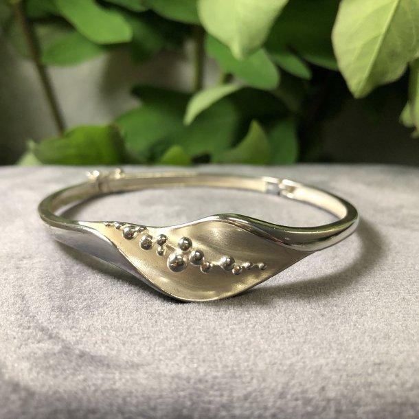 2.nd Hand - Armring i sølv med drysset kugler i åbning